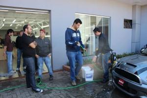 Henrique Keiji (boné vermelho), Rafael Oliveira (com a ducha) e Deivy Munhoz (preparando os baldes)